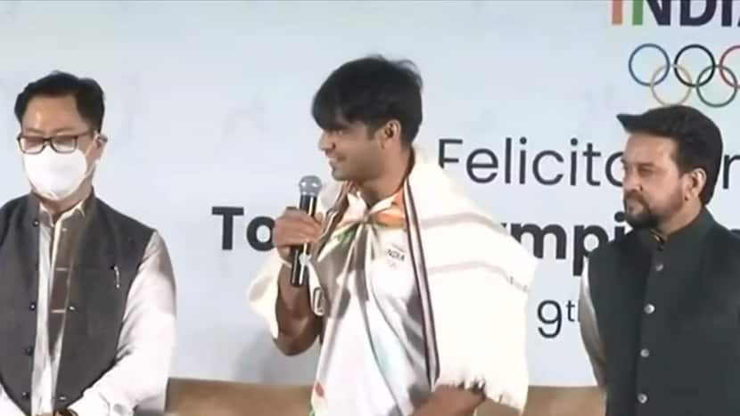 Homecoming: Gold medalist Neeraj Chopra wins hearts with his gesture   India Chahta Hai (August 9, 2021)